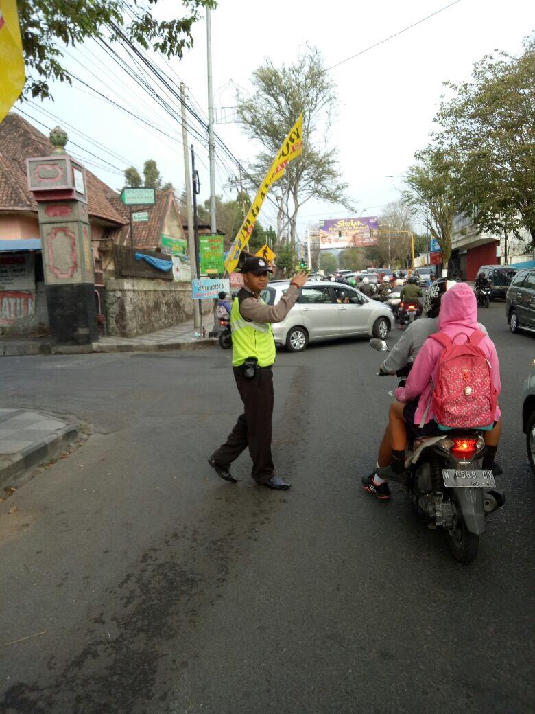 Pelayanan Pagi Hari Pada Masyarakat, Anggota Polsek Batu Polres Batu Laksanakan Pam Poros pagi