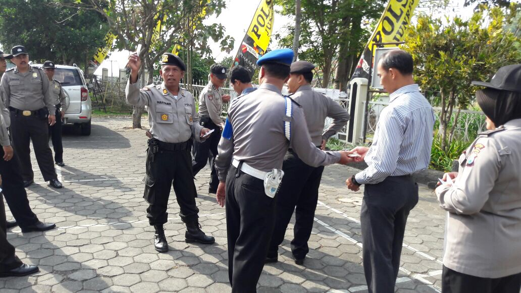 Pemeriksaan Kelengkapan Identitas Polres Batu Sektor Junrejo Laksanakan Apel Pagi