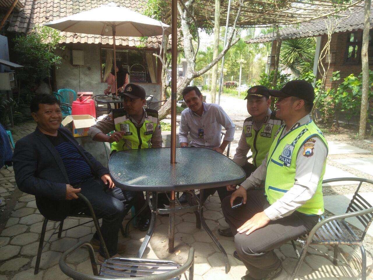Anggota Polsek Bumiaji Polres Batu Giatkan Patroli Wilayah Rutin Bersama Warga Untuk menjaga Kmatibmas Kondusif