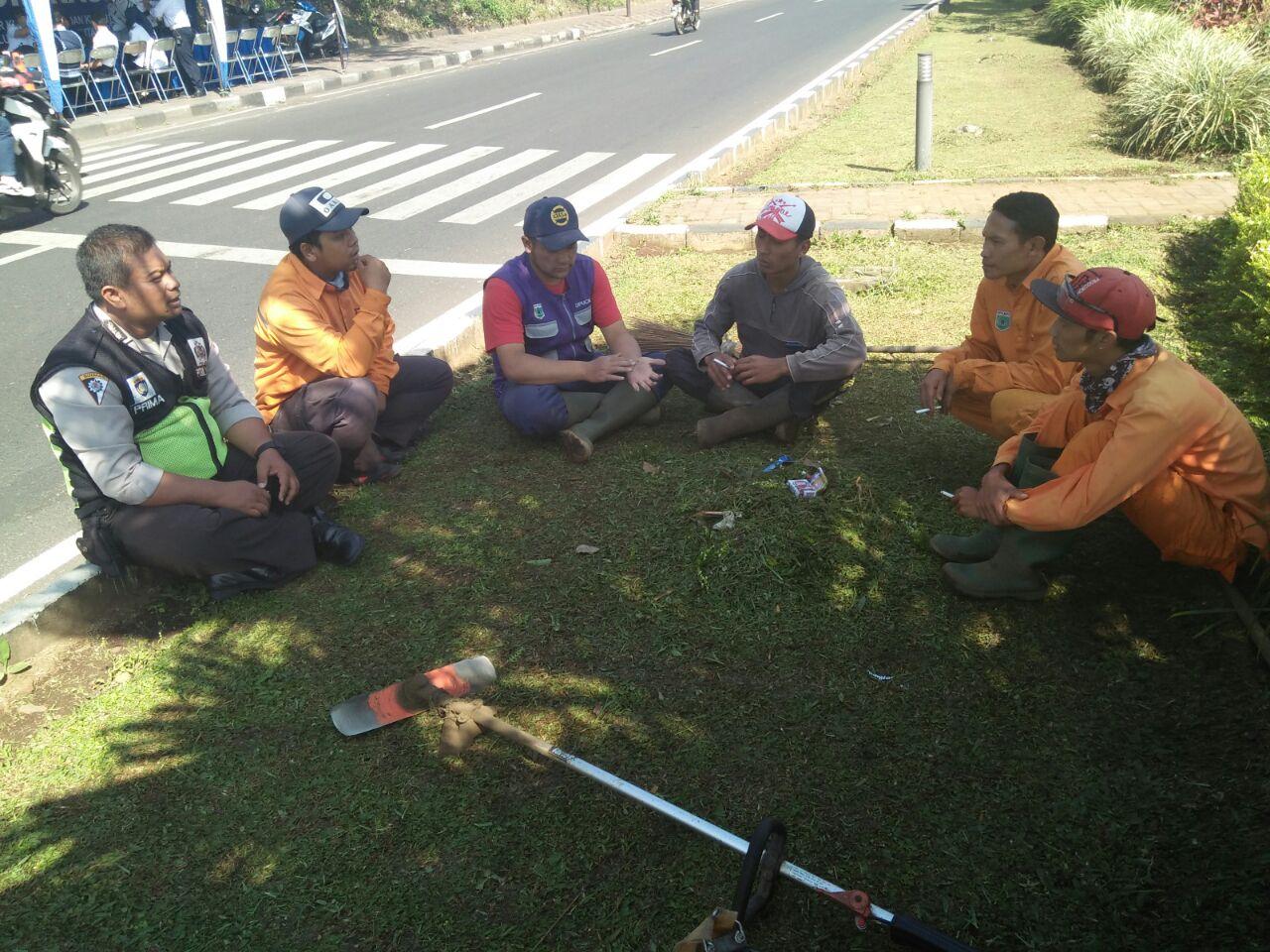 Ps. Kanit Binmas Polsek Batu Laksanakan Dialogis Dengan Petugas Kebersihan ( DKP)
