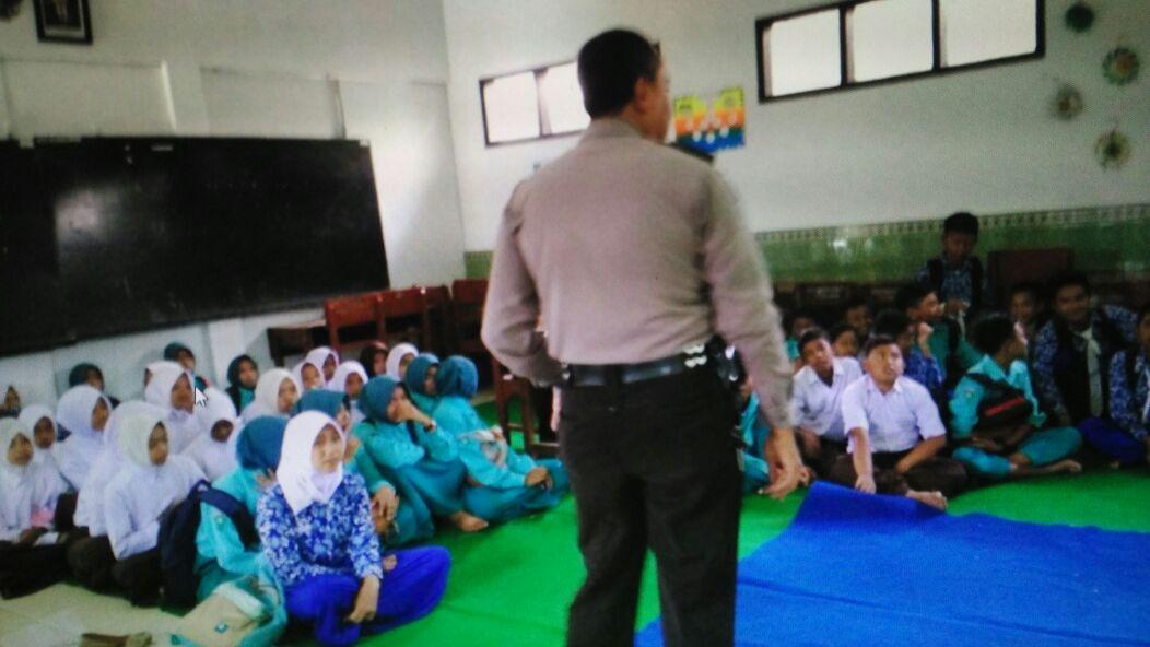 Perangi Narkoba Bersama Pelajar, Bhabinkamtibmas Polsek Ngantang Polres Batu Go to School