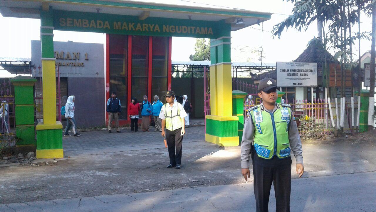 Anggota Polsek Ngantang Polres Batu melaksanakan kegiatkan Poros Pagi