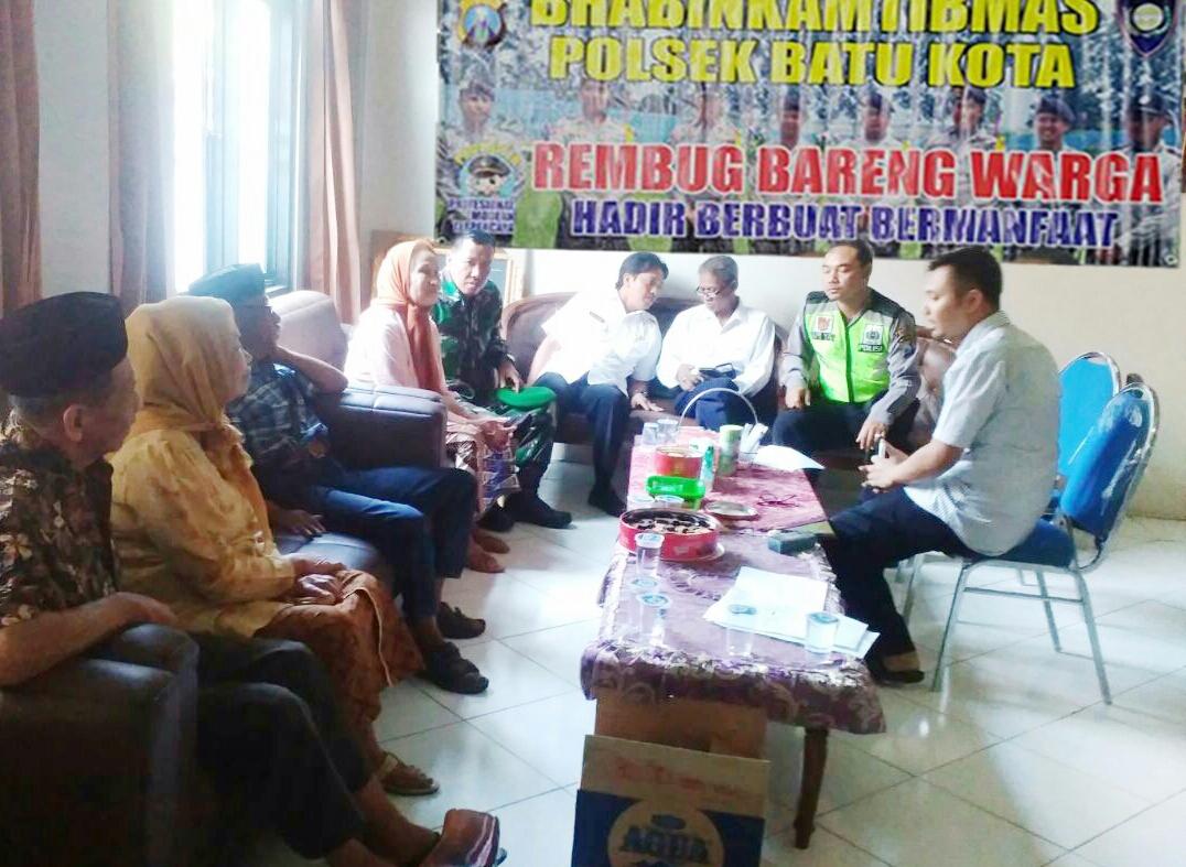 3 Pilar Kamtibmas Polsek Batu Kota Polres Batu Lakukan Kegitan Rembug Bareng Bersama Perangkat Desa