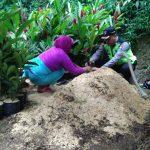 Anggota Bhabinkamtibmas Desa Sidodadi Polsek Ngantang Polres Batu belajar cara menanam bibit tanaman hias
