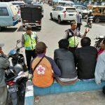 Anggota Bhabinkamtibmas kelurahan Temas melaksanakan kegiatan Dialogis dengan para tukang ojek pangkalan di Pasar Kota Batu