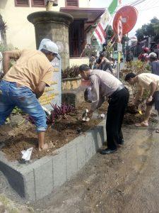 Anggota Bhabimkamtibmas Polsek Junreno Polres Batu Kerja Bakti Bersama Warga