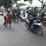 Patroli Kamtibmas Wilayah Binaanya, Satsabhara Polres Batu Giatkan Pos Awal Menyebrangkan Masyarakat Yang Melaksanakan Kegiatan Pagi Hari