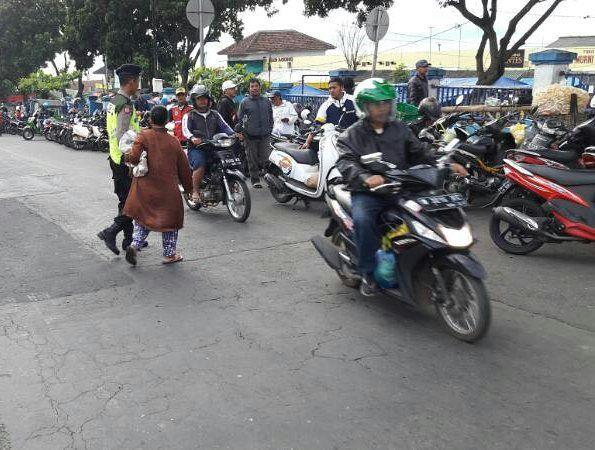 Polres Batu Lakukan Pos Awal Sebrangkan Masyarakat di Persimpangan Jalan di WIlayahnya