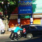 Responsif, Anggota Satlantas Polres Batu Membantu Mendorong Mobil Pengunjung Wisata Yang Mogok