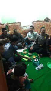 Anggota Bhabinkamtibmas Polsek Junrejo Polres Batu Kumpul dengan Linmas