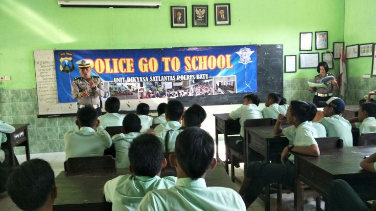 GIAT SAMBANG DAN BINLUH Siswa, Dalam Tekan Angka Laka Lantas, Unit Satlantas Polres Batu Go To School Binluh Tertib Berlalu Lintas