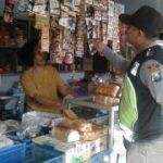 Anggota Bhabinkamtibmas Polsek Pujon Polres Batu Sambang Pedagang Sembako