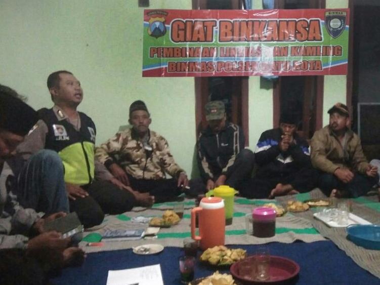 Anggota Bhabinkamtibmas Polsek Batu Polres Batu Giatkan Binkamsa Kepada Warga Desa Binaan