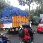 Anggota Satlantas Polres Batu Untuk Kendaraan Berat MelintasGuna Tidak Terjadinya Kemacetan