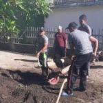 Anggota Bhabinkamtibmas Polsek Ngantang Polres Batu Gotong Royong Bersama Warga