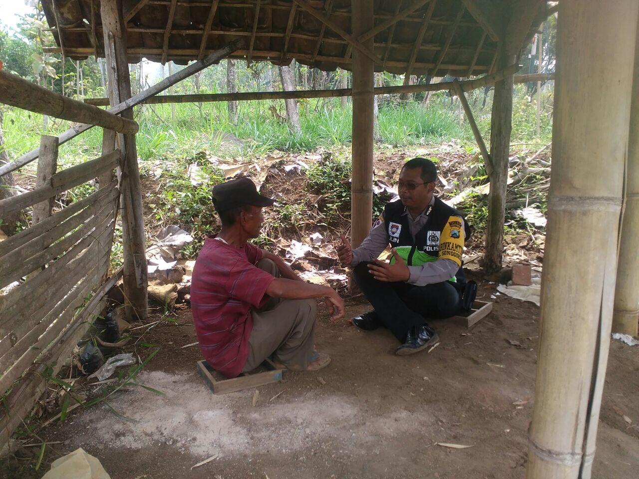 Anggota Bhabinkamtibmas Polres Batu Sambang Petani bagikan Stiker Himbauan Kamtibmas
