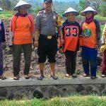 Tingkatkan Kemitraan dengan masyarakat Brigadir Anton Bhabinkamtibmas Polsek Batu Polres Batu Kunjungi Warga Tanam Sayur
