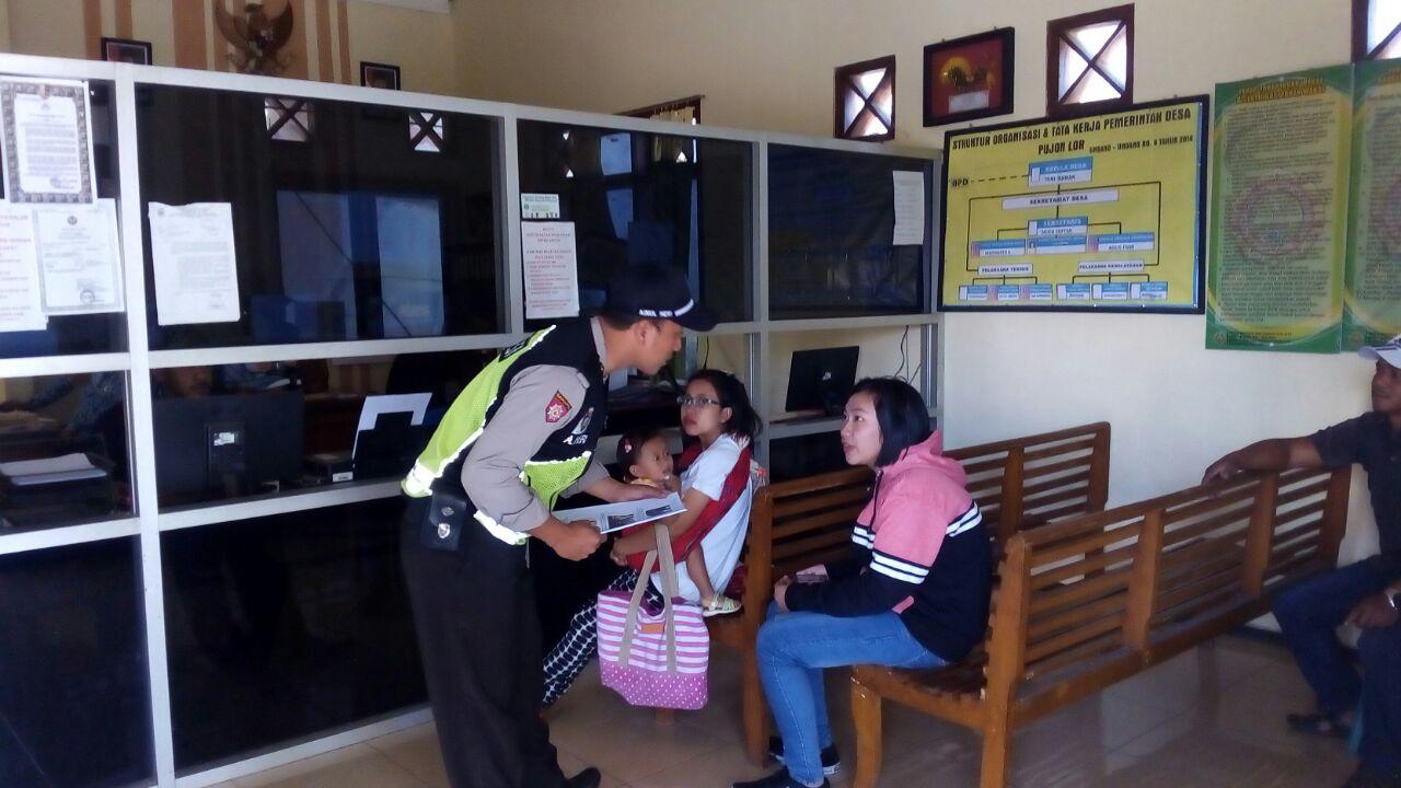Pelayanan Prima, Bhabinkamtibmas Polsek Pujon Polres Batu Membantu Warga Yang Sedang mengurus Administrasi