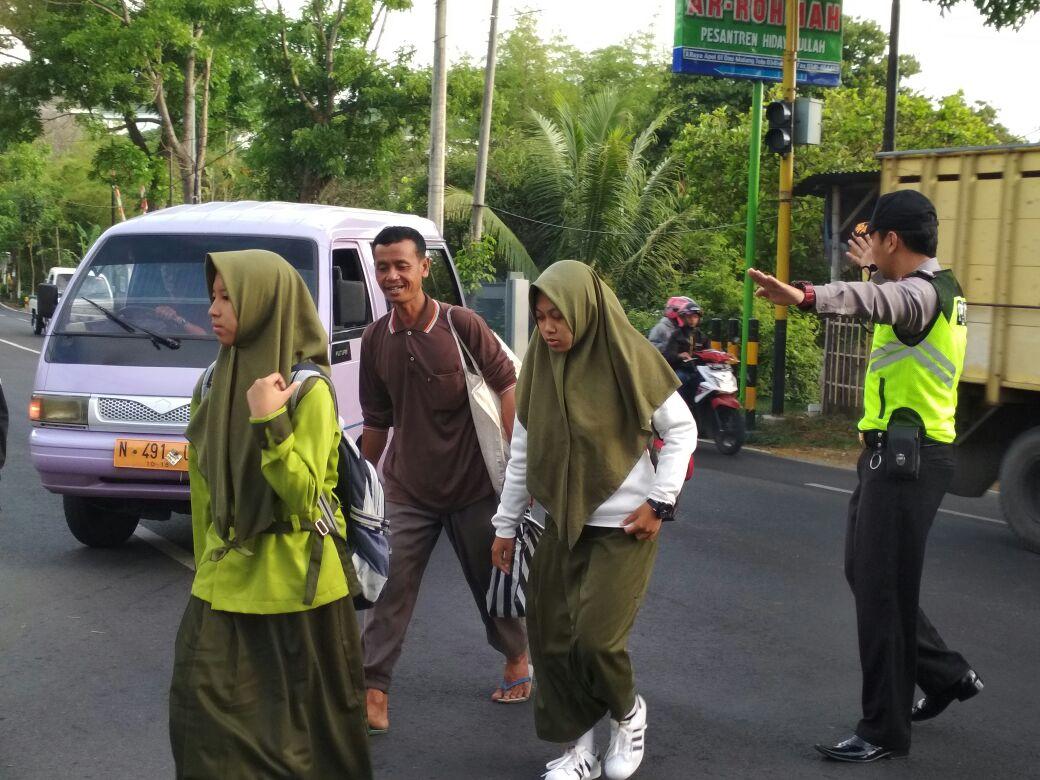 Memberikan Rasa Aman Kepada Pelajar Saat Berangkat Sekolah, Anggota Polsek Junrejo Polres Batu laksanakan Poros Pagi