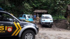 Anggota Bhabinkamtibmas Polsek Junrejo Polres Batu Sambang Desa Serta Sosialisasi Penambang Pasir
