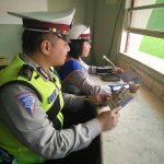 Anggota Satlantas Polres Batu melaksanakan Public address di Alun – Alun Kota Batu