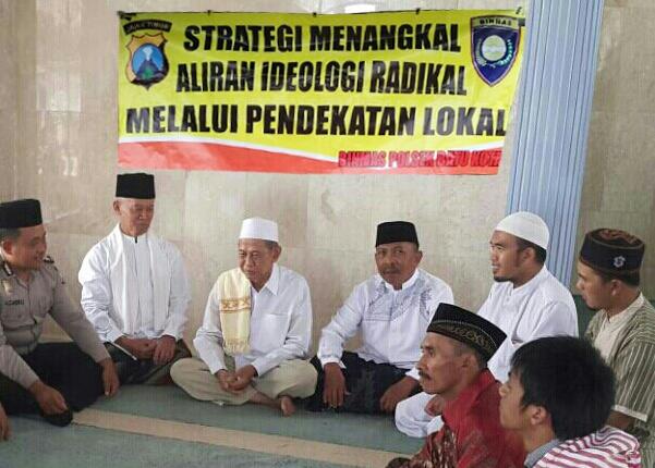 Anggota Bhabinkamtibmas Polsek Batu Tatap Muka Dengan jamaa Sholat Jumat Di Masjid Al Mutaqien