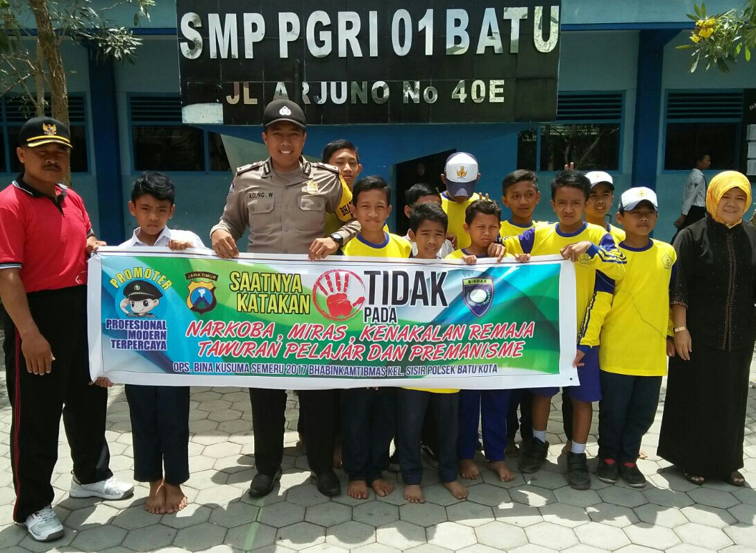 Dukung Ops Bina Kusuma Semeru 2017, Bhabinkamtibmas Polsek Batu Polres Batu Pasang Banner Himbauan Di Sekolahan