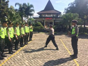 Anggota Satsabhara Polres Batu Asah Kemmapuan Anggota Dengan Pelatihan Beladiri Polri
