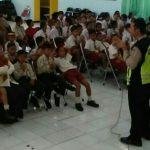 anggota Bhabinkamtibmas Songgokerto Polsek Batu Polres Batu Sambangi Panti Sosial berikan binluh kepada adik adik yg mengalami kebtuhan khusus
