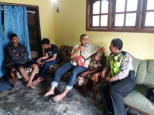 Kanit Binmas Polsek Ngantang Polres Batu Laksanakan DDS (Door To Door Sistem) Ke Mahasiswa UM KKN Di Desa Waturejo