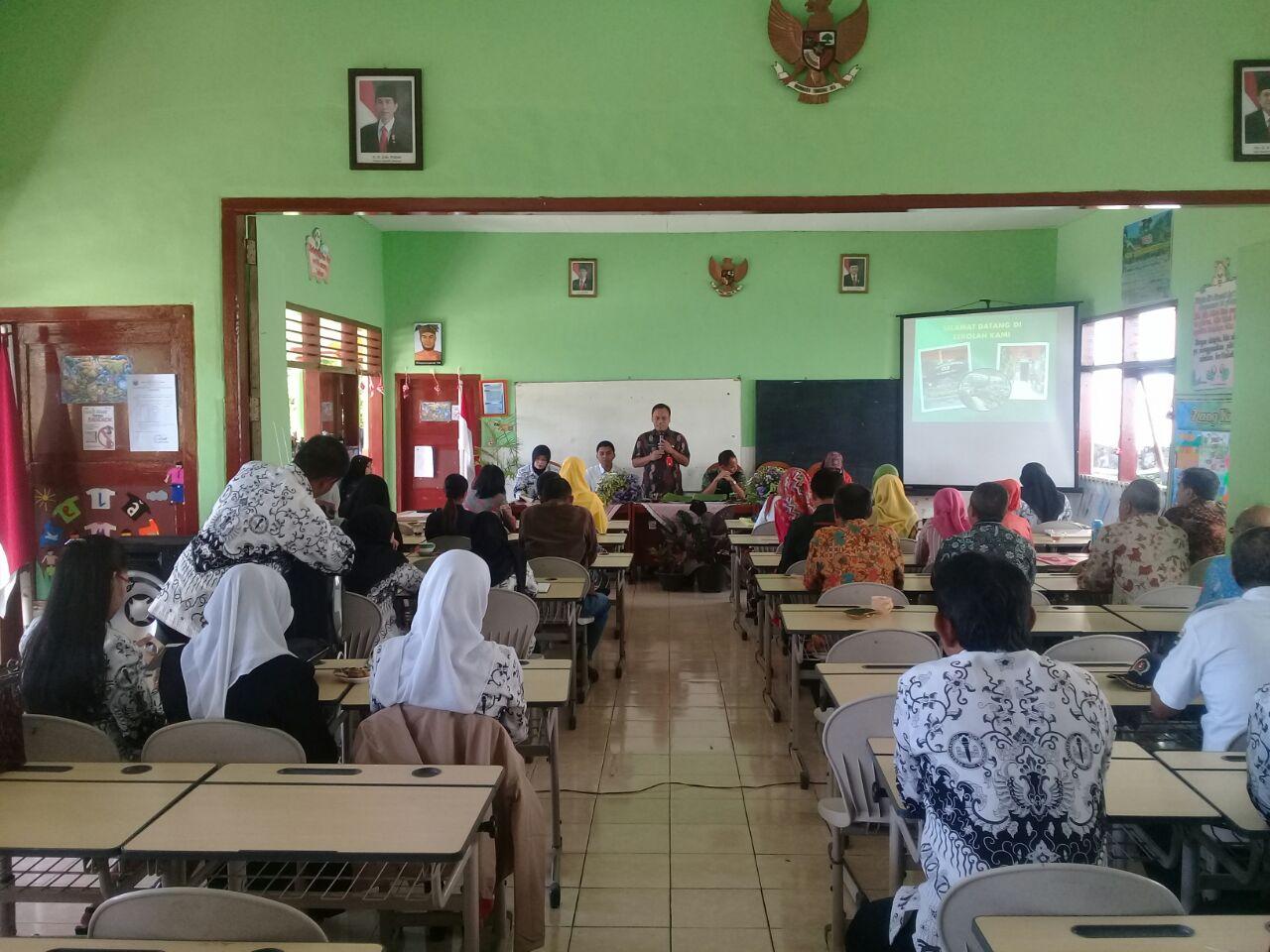 Menjaga Kamtibmas, Anggota Polsek Batu Polres Batu Binluh Dengan Guru SD Songgokerto 03 Batu