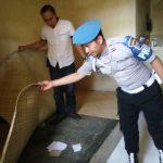 Anggota Sipropam Polres Batu Cek kondisi dalam kamar Tahanan