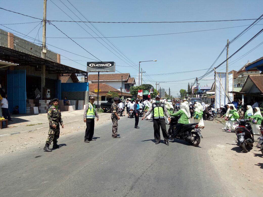 Anggota Polsek Pujon Polres Batu Melaksanakan Pengamanan Pawai Ta'aruf