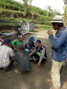 Anggota Bhabinkamtibmas Polres Batu Kerja Bhakti Bersihkan Jalan Pasca Banjir