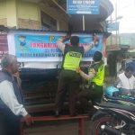 Berikan layanan prima kepada masyarakat ,Bhabinkamtibmas desa Pesanggrahan Polsek Batu Polres Batu pasang banner himbauan