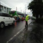 Anggota Sat Lantas Polres Batu Giatkan Pengaturan Lalulintas Di Pagi Hari Untuk Menjaga Kelancaran Jalan