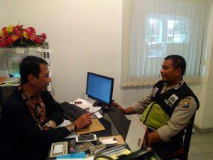 Anggota Bhabinkamtibmas Polsek Batu Polres Batu Dor To Dor Dengan Warga Desa Binaanya