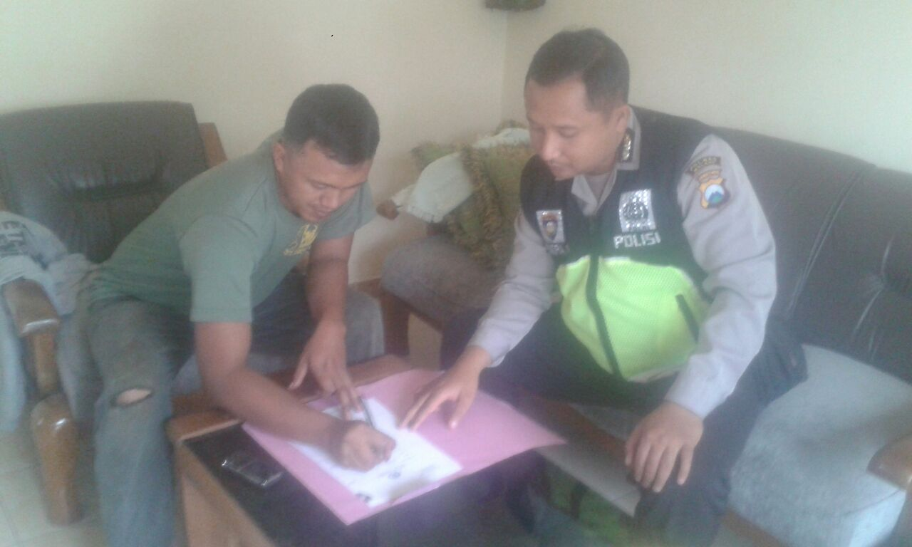 DDS, Bhabinkamtibmas Polsek Batu Polres Batu Bagikan Striker Himbauan Kamtibmas Dukung Ops Bina Kusuma Semeru 2017