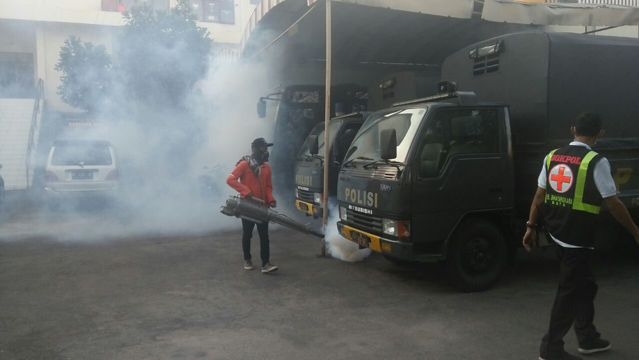 Antisipasi Demam Berdarah, Urkes Polres Batu Melaksanakan Fogging