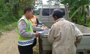 Sampaikan Tentang Modus Penipuan Lewat Sms, Anggota Bhabinkamtibmas Polsek Kasembon Polres Batu Sambang Tokoh Masyarakat