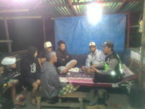 Jalin Kedekatan Dengan Masyarakat, Bhabinkamtibmas Polsek Batu Kota Polres Batu Laksanakan DDS Ke Poskamling