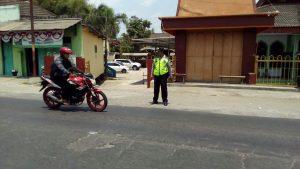 Berikan Rasa Aman Saat Beribadah, Anggota Polsek Kasembon Polres Batu Pam Ibadah Sholat