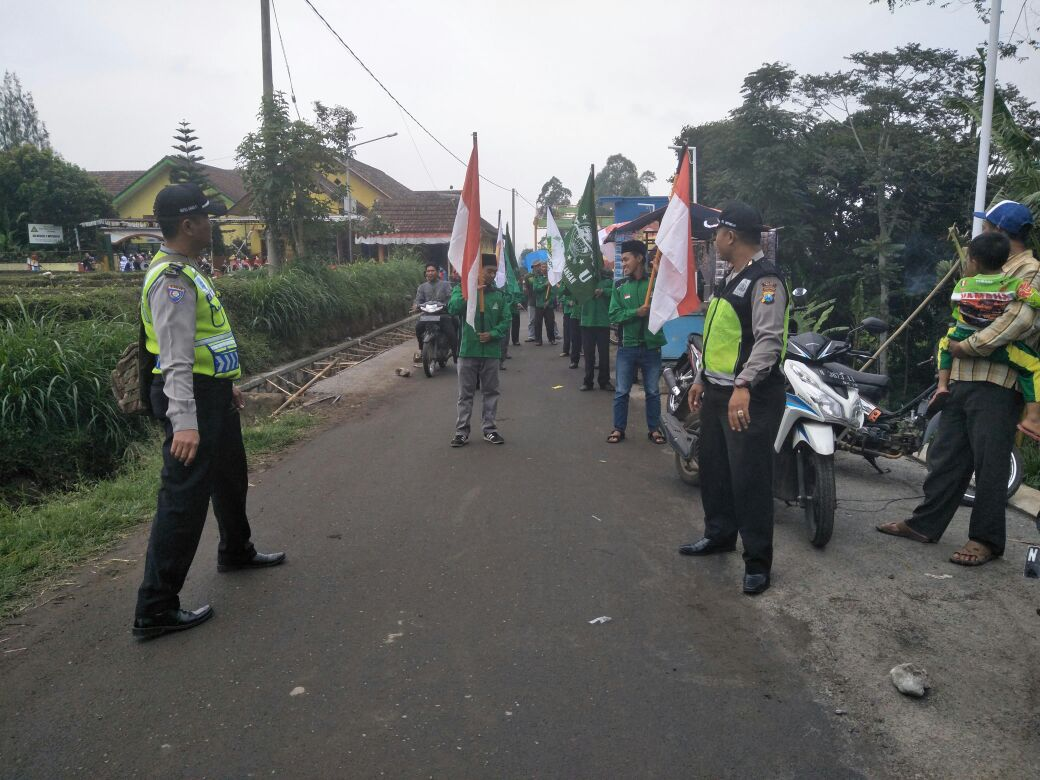 Polsek Pujon Polres Batu Melaksanakan Pengamanan Pawai Ta'aruf Di Desa Wiyurejo