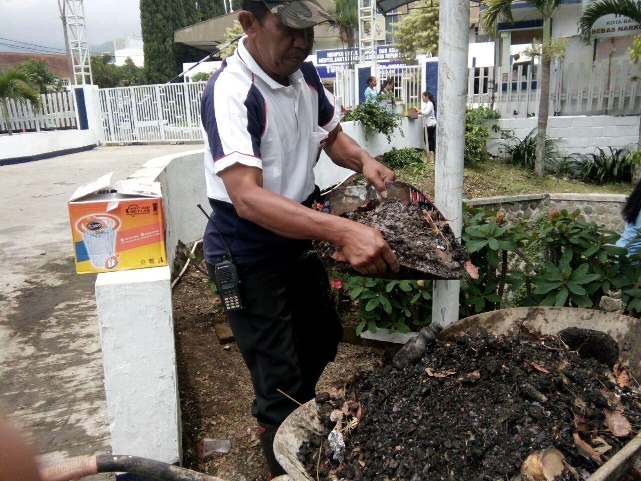 Kapolsek Batu Kota Polres Batu Giat Saber Pungli (Sapu bersih nyemplung kali) Bergaung di Desa Sumberejo Kecamatan Batu.