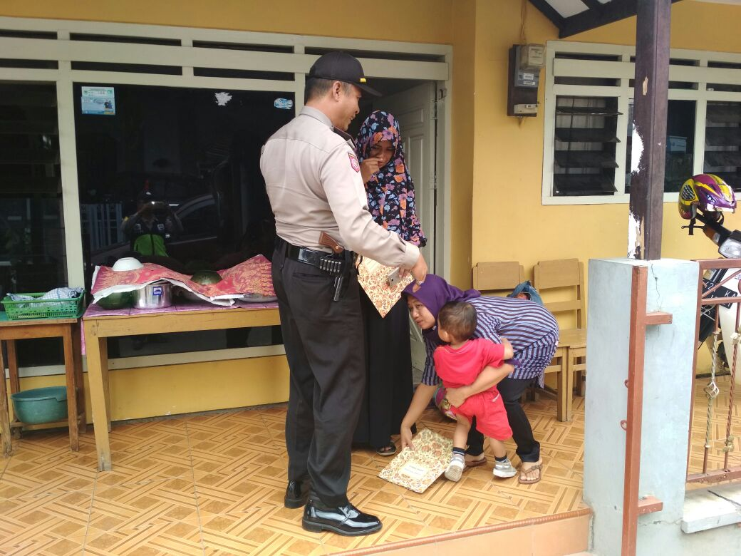 Kanit Sabhara Polsek Batu Kota Polres Batu Antar Jemput Bagi Peserta Pembuatan Akte Kelahiran