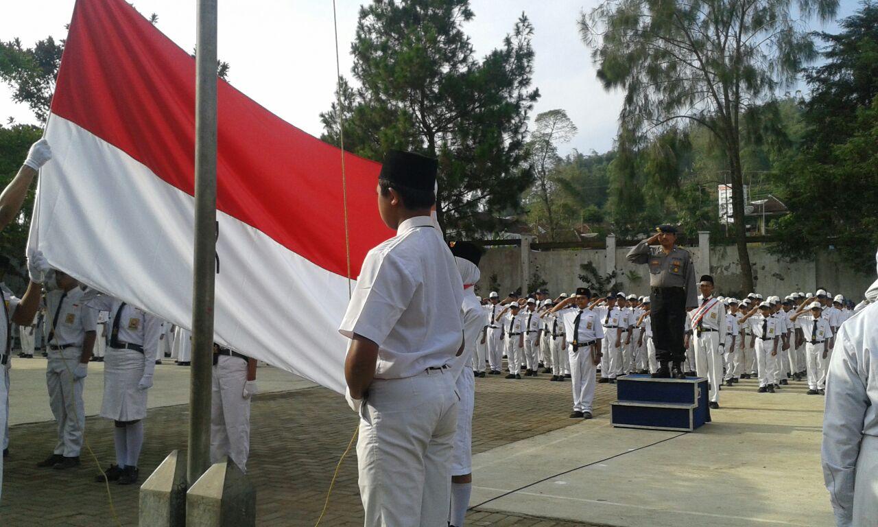 Upacara Bendera SMP 1 Pujon Dipimpin oleh Kanit Binmas Polsek Pujon Polres Batu