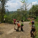 Anggota Bhabinkamtibmas Desa Pagersari Polres Batu Bersama Warga Membersihkan Bambu Tumbang di Tengah Jalan