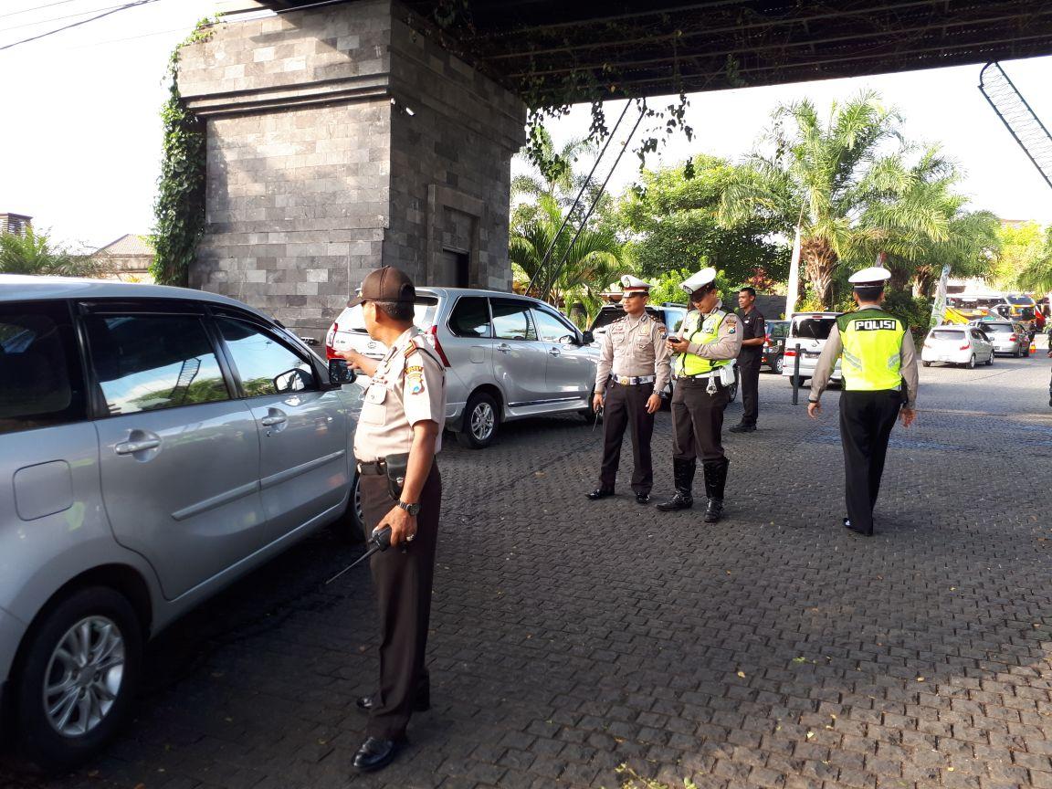 Anggota Polsek Junrejo Polres Batu Amankan Giat Wisuda Poltekkes Malang