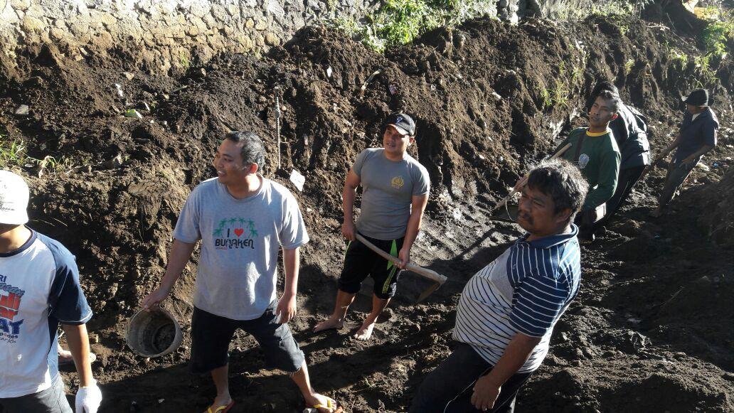 Gotong Royong Bedah Rumah Dilaksanakan Oleh Bhabinkamtibmas Polsek Ngantang Polres Batu