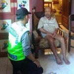 Brigadir.Anton Isfianto Bhabikamtibmas Kel. Temas Polsek Batu Kota Polres Batu DDS Kepada Warga yang Sakit dengarkan keluhan